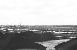 Bergen kolen aan de terminal van Ovet aan de Massagoedhaven. In het...