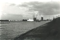 Ro-ro schip Gunilla aan de ro-ro kade in de Zevenaarhaven.
