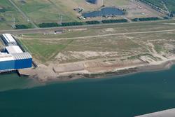 Luchtfoto van Vlissingen-Oost met links Techno Metal Industry en...