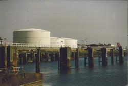 Tankterminal van Petroplus aan de Buitenhaven.
