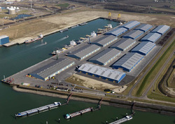 Overzichtsfoto van de loodsen van Verbrugge Terminals aan de verlengde...
