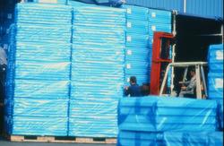 Heftruck met pallets, waarschijnlijk in de Zevenaarhaven.