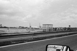 Foto genomen uit een rijdende auto op de brug Sluiskil. In het kanaal...