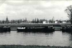 Kanaal bij het sluizencomplex in Terneuzen. Op de achtergrond het...
