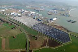 Luchtfoto van de terreinen van Cobelfret met nieuwe auto's aan de...