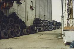 Illegale opslag van oude autobanden bij de voormalige graanloods aan...