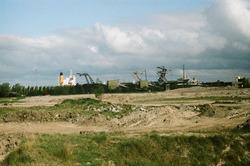 Overslag kolen met drijvende kranen aan de terminal van Ovet in de...
