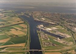 Luchtfoto kanaalhavens Terneuzen. Op de voorgrond draaibrug bij...