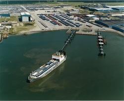 Ro-ro schip aan nieuw steiger bij de terminal van Cobelfret aan de...