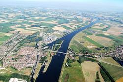 Luchtfoto van het kanaal Gent-Terneuzen ter hoogte van Sas van Gent.