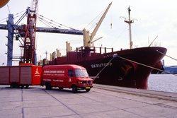 Bus met aanhanger van Flushing Container Service BV op de kade bij...