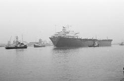 Zeeschip met sleepboten op het kanaal ter hoogte van de...