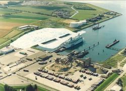 Luchtfoto van de Buitenhaven te Vlissingen met het aanlegsteiger en...