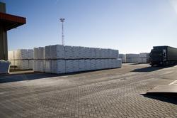 Vrachtwagen op het terrein met opgeslagen goederen bij Katoen Natie...