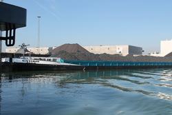 Binnenvaartschip geladen met kolen bij Ovet in de Kaloothaven.