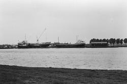 Schepen in reparatie bij scheepswerf De Schroef op het Kanaaleiland...