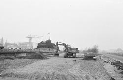Werkzaamheden op een terrein tussen Zijkanaal A en de Beneluxweg.