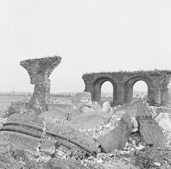 Ruine en overblijfselen van de schoorsteen van de voormalige...