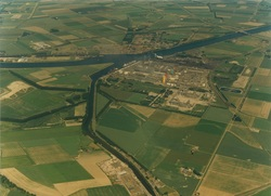 Luchtfoto Zijkanaal C met op de achtergrond het Kanaal van Gent naar...