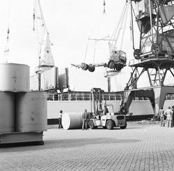 Overslag rollen papier en vrachtauto's bij Aug. de Meijer in de...