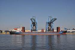 Schepen aan de kade in de Zevenaarhaven bij de bulkterminal van...