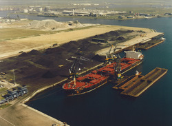 Luchtfoto van het zeeschip Navios Unique aan de terminal van Ovet in...