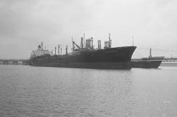 Zeeschepen aan het steiger bij Dow Chemical in de Braakmanhaven.
