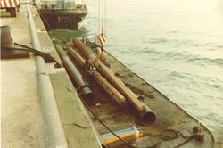 Meerpalen op ponton aan kade voor watersteiger D.S.I.S. bij...