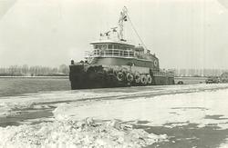 Zeesleepboot aan de kade van de Zevenaarhaven.