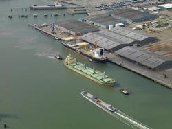 Zeeschip van Gearbulk aan de terminal van Verbrugge aan de Sloekade.