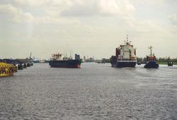 Schepen op het kanaal nabij de zeesluis van Terneuzen.