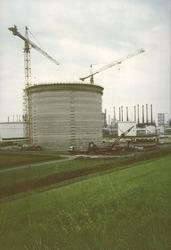 Bouwen nieuwe opslagtank op het terrein van Dow Chemical, 1994.
