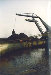 Drijvende kraan aan de kolenterminal van Ovet aan de Kaloothaven.