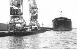 Zeeschip en binnenvaartschip aan de kade in de Zevenaarhaven.
