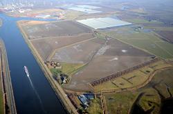 Links een deel van het kanaal Gent-Terneuzen, Rechts de Axelsevlakte...