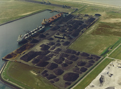 Luchtfoto van twee zeeschepen aan de terminal van Ovet in de...