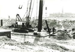 Bouw kadeverlenging met 360 m. HV 30. (mei 1980).