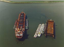Luchtfoto van schepen op de boeien in de Sloehaven te Vlissingen-Oost.