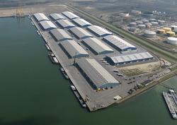 Nieuwgebouwde loodsen van Verbrugge Terminals aan de verlengde...