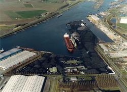 Luchtfoto van de Massagoedhaven met terminal van Ovet.