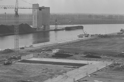Nieuwbouw loods in de Zevenaarhaven. Op de achtergrond de betonnen...