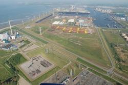 Luchtfoto Vlissingen-Oost met Van Cittershaven en Kaloothaven.