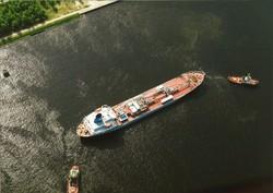 Luchtfoto zeeschip van Hydri Agri, met twee sleepboten, op het kanaal...