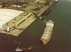 Afmeren zeeschip aan de openbare kade in de Sloehaven te...