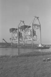 Arriveren van de nieuwe loskranen 14 en 15 voor de bulkterminal van...