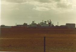 Containerschepen passeren elkaar in de Sloehaven (november 1980).