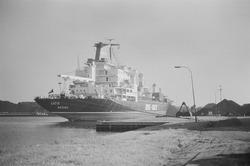 Zeeschip aan de zuidelijke kade in de Massagoedhaven.