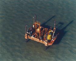 Luchtfoto werkplatform / olieplatform in de monding van de haven van...