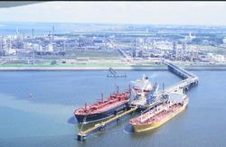 Luchtfoto van zeeschepen aan het steiger in de Braakmanhaven ten...