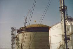 Hoogste punt bouw opslagtank ten behoeve van Dow Chemical, 1994.